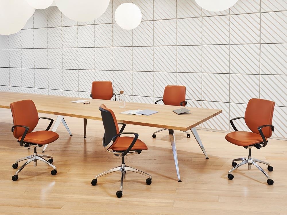 Sitzungszimmer mit Drehstühlen aus Leder