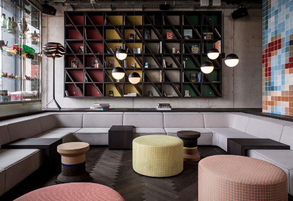 Lounge mit Sitzbänken grau